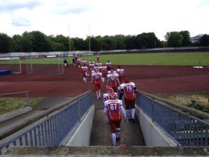 Der Gegner, die Lübeck Cougars, betritt das Feld. ©HerrundFrauBayer