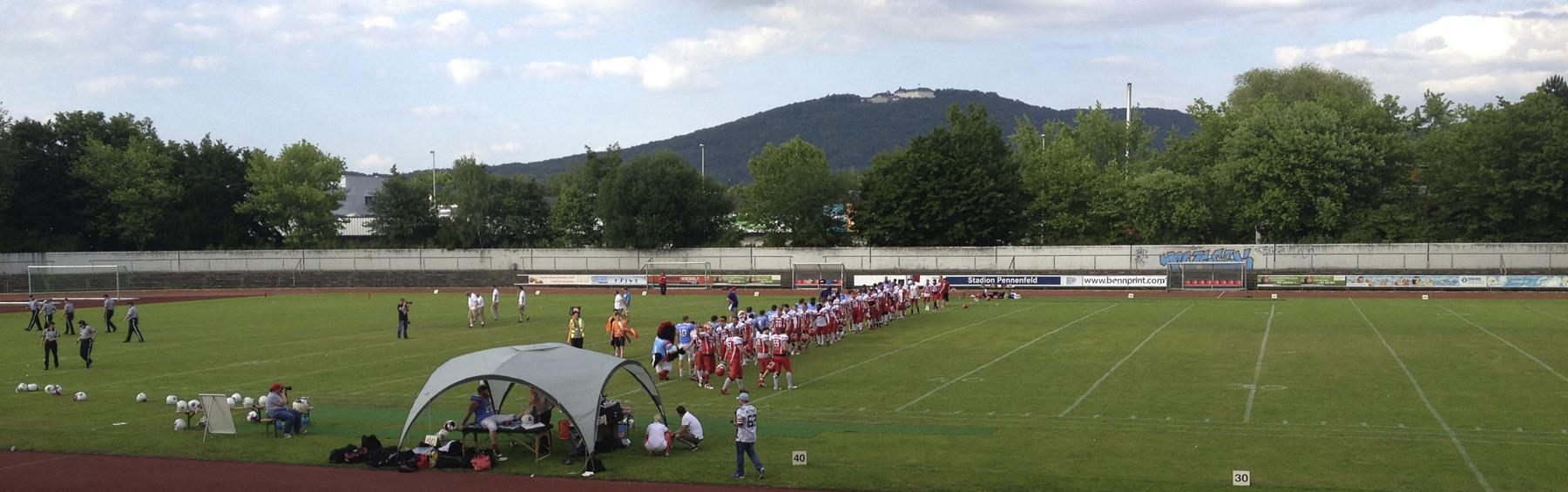 Nach dem Spiel klatschen sich die Mannschaften ab. ©HerrundFrauBayer