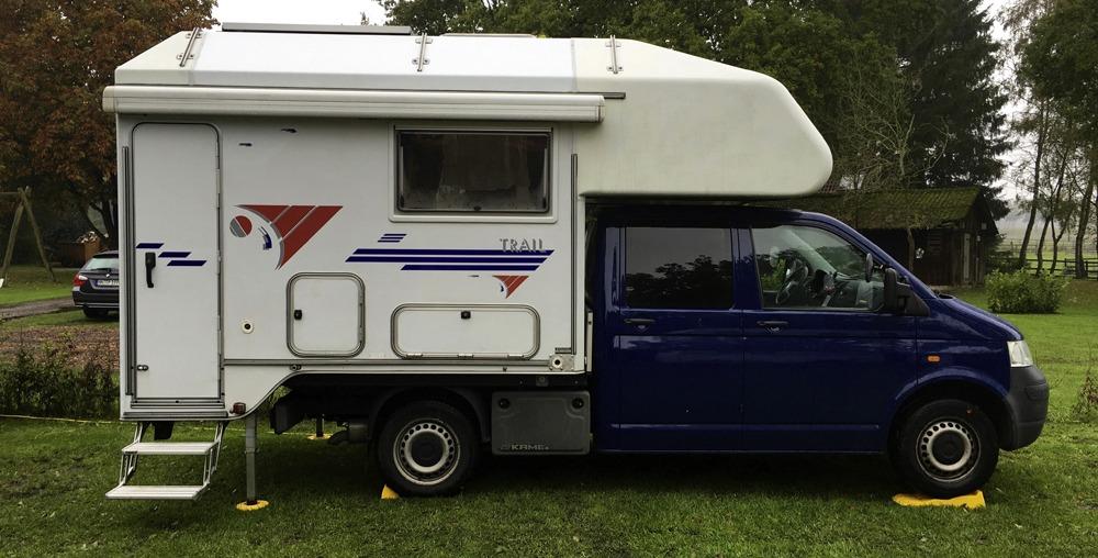Da die Hotelzimmer für die Familien geblockt waren, haben wir uns mit dem Wohnmobil auf die Camping-Wiese gestellt. ©HerrundFrauBayer
