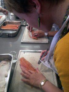 Frau Bayer zupft ordentlichst die Gräten aus der Forelle. ©HerrundFrauBayer