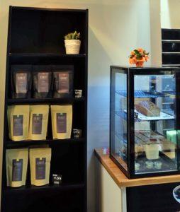 Die eingesetzten Bohnen der Kölner Rösterei Ernst, kann man auch für den häuslichen Kaffee mitnehmen. Das Gebäck ist selbstgemacht! ©HerrundFrauBayer